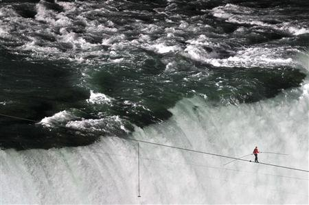 Tightrope walker Nik Wallenda walks the high wire from the U.S. side to the Canadian side over the Horseshoe Falls in Niagara Falls, Ontario, June 15, 2012. REUTERS/Mark Blinch