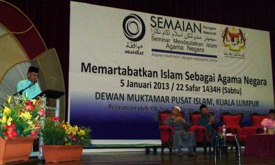 The President of Dewan Negara, H. E. Tan Sri Abu Zahar Ujang officiating the seminar.