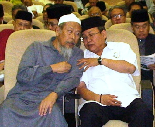 Uncle Ustaz Ismail Mina, the President of MUAFAKAT (L) and Dato' Ibrahim Ali, Member of Parliament for Pasir Mas (R) were in serious discussion during the event. Photo by Kashah.