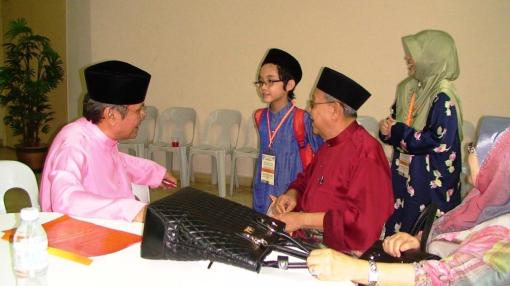 I was very lucky to have the chance to speak to an important person when Atuk Mansur introduced me to Tun Ahmad Fairuz Sheikh Abdul Halim (former Chief Justice of the Federal Court of Malaysia). From left is Tun Ahmad Fairuz Sheikh Abdul Halim, me, Atuk Mansur, my mother (standing) and Tun's wife, Toh Puan Mazni Mohamed Noor.