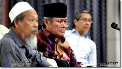From left is Pak Cik Ismail Mina, Tun Ahmad Fairuz and Pak Cik Amin. (Photos by jinggo fotopages)