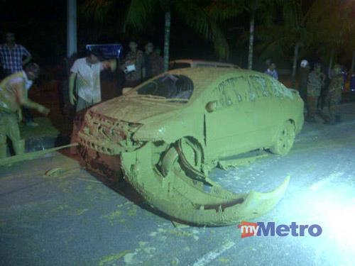 One of the six cars that were buried in the landslide. (NSTP photo)