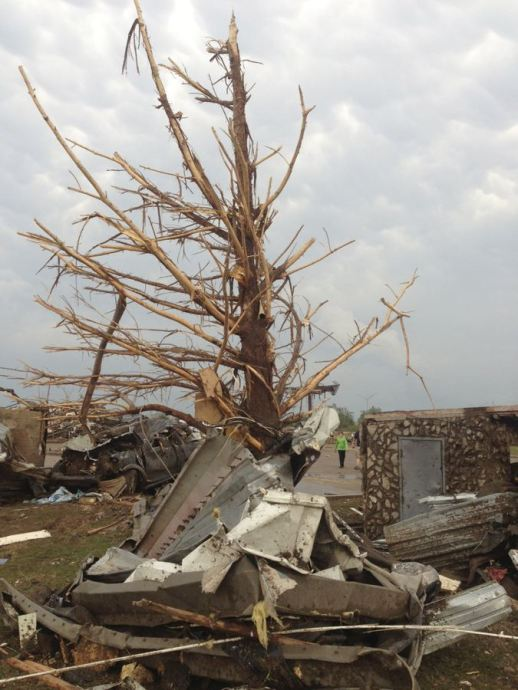 A shredded tree stands amid debris after a massive tornado touched down in the town of Moore, near Oklahoma City, Oklahoma May 20, 2013. A huge tornado with winds of up to 200 miles per hour (320 kph) tore through the Oklahoma City suburb of Moore on Monday, ripping up at least two schools and leaving a wake of tangled wreckage as a dangerous storm system threatened as many as 10 U.S. states. REUTERS/Richard Rowe (UNITED STATES – Tags: DISASTER ENVIRONMENT)