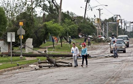 Downed power lines block a road after a huge tornado struck Moore, Oklahoma, near Oklahoma City, May 20, 2013. A massive tornado tore through the Oklahoma City suburb of Moore on Monday, killing at least 51 people as winds of up to 200 miles per hour (320 kph) flattened entire tracts of homes, two schools and a hospital, leaving a wake of tangled wreckage. REUTERS/Richard Rowe (UNITED STATES – Tags: DISASTER ENVIRONMENT)