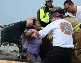 Rescue workers help free one of the 15 people that were trapped at a medical building at the Moore hospital complex after a tornado tore through the area of Moore, Oklahoma May 20, 2013. REUTERS/Gene Blevins (UNITED STATES – Tags: ENVIRONMENT DISASTER TPX IMAGES OF THE DAY