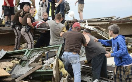 REFILE – CORRECTING GRAMMAR IN FIRST SENTENCE Rescue workers help free one of 15 people trapped in a medical building at the Moore hospital complex after a tornado tore through the area of Moore, Oklahoma May 20, 2013. REUTERS/Gene Blevins (UNITED STATES – Tags: ENVIRONMENT DISASTER)