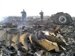 Emergencies Ministry members work at the site of a Malaysia Airlines Boeing 777 plane crash in the settlement of Grabovo in the Donetsk region, July 17, 2014, (Photo REUTERS/Maxim Zmeyev)