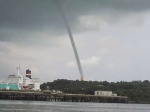 Fenomena belalai air yang berlaku di Bintulu pagi tadi. (Sinar Harian)