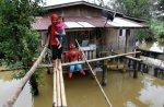 RANTAU PANJANG 19 November 2014. Shahira Abu Bakar, 14 bersama adiknya melalui titi buluh untuk keluar dari rumahnya yang dinaiki air sedalam 0.5 meter di Kampung Bukit Lata. Paras air di Sungai Golok kini sudah melepasi paras bahaya pada hari ini. NSTP/Fathil Asri.