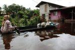 RANTAU PANJANG 19 November 2014. Penduduk, Khadijah Mamat, 59 dari Kampung Terusan baru pulang dari membeli bekalan makanan sebagai persiapan menghadapi banjir. Keadaan paras air di Sungai Golok kini sudah melepasi paras bahaya. NSTP/Fathil Asri.
