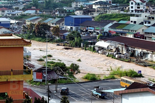 CAMERON HIGHLANDS 06 November 2014. Kereta dihanyutkan akibat banjir lumpur di Pekan Ringlet susulan hujan lebat di beberapa kawasan di sekitar Cameron Highlands sejak lewat petang. NSTP/Muhaizan Yahya.