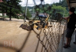PENDUDUK menggunakan jengkaut untuk membersihkan laluan berhampiran kediaman mereka di Sungai Bertam selepas banjir kilat melanda sekitar kawasan Cameron Highlands lewat petang semalam. - Foto Supian Ahmad