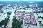 DAERAH Kemaman kini antara kawasan paling teruk dilanda banjir sehingga menyebabkan rumah penduduk di Bandar Baru Bukit Mentok ditenggelami air sehingga paras bumbung yang dapat dilihat ketika tinjauan di Kemaman, semalam. – Foto BERNAMA