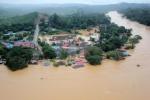PEMANDANGAN dari udara menunjukkan sebahagian bangunan, premis dan kediaman di Kampung Kuala Tahan ditenggelami banjir berikutan limpahan air Sungai Tembeling di Jerantut. – Foto BERNAMA