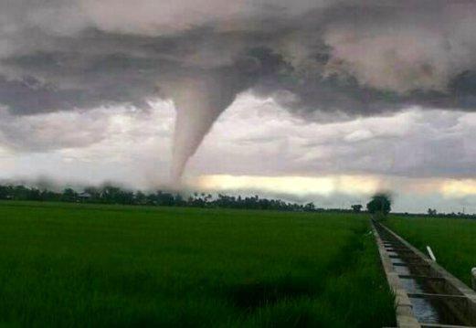 The tornado in Sabak Bernam, Selangor, Dec. 21, 2014. (Photo from Berita Harian)