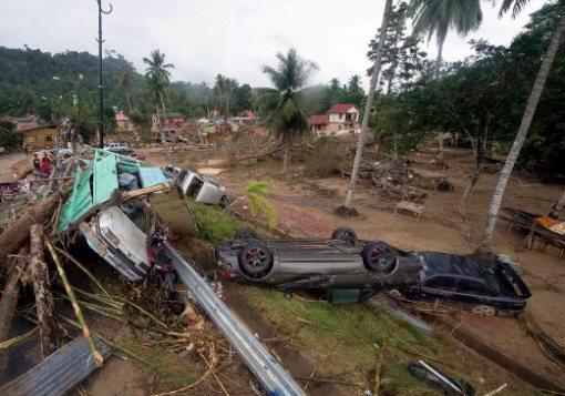 KUALA KRAI, 28 Dis -- MUSNAH ? Beberapa buah kereta rosak teruk akibat dihanyut arus deras dari limpahan air Sungai Kelantan di Manek Urai dekat hari ini.