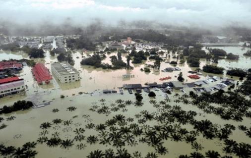 PANDANGAN dari udara antara kawasan yang ditenggelami air di sekitar Kuala Krai, Kelantan hari ini. – Foto BERNAMA