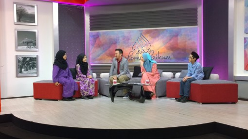 We talked about learning foreign languages. From left is my eldest sister Aiman Amani, my big sister Aeshah Adlina, hosts  Shahrul Faizie and Irma Hasmie and I, Ahmad Ali Karim.