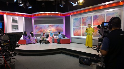 Ustaz Manis sings his latest song on TV Al Hijrah's Assalamualaikum.