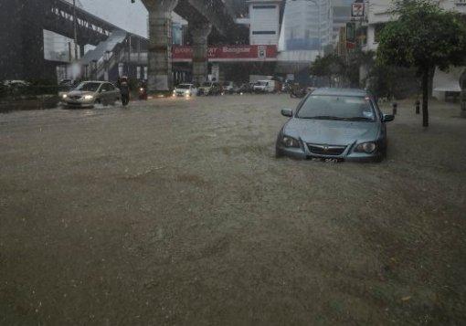 KUALA LUMPUR 17 DECEMBER 2016. Hujan lebat menyebabkan banjir kilat di Jalan Bangsar. NSTP/SAIRIEN NAFIS