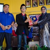 A picture of me receiving a souvenir from the Principle of SMKTSMR, Puan Rusaini Ahmad.