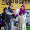 Nor Hafiza Khalid, director of the Jabatan Latihan dan Pembangunan from the office of YB Datuk Md Jais Sarday, the Exco of Johor receiving a souvenir from the Principle of SMKTSMR, Puan Rusaini Ahmad.