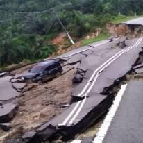 KERETA mangsa jatuh ke dalam gaung akibat tanah runtuh di Jalan Jemaluang-Mersing, Johor, awal pagi tadi. Gambar diambil daripada Berita Harian