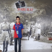 Di belakang saya ialah gambar suasana di Bukit Kepong pada sekitar tahun 1950.