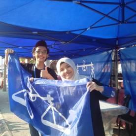 Bersama kakak saya, Aeshah, mengibar bendera BN di PDM Titiwangsa itu.