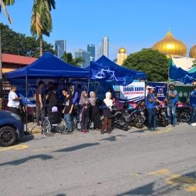 Meraih undi di PDM Titiwangsa BN sebelah SK Dato' Keramat.