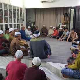 Malam tahlil kedua dipenuhi oleh jemaah Surau Al-Hidayah Lorong Bahagia 5 (L5), diketuai oleh Imam Surau, Ustaz Yazid, dan Pengerusi Surau, Tuan Haji Rashid. Turut bersama di dalam majlis itu adalah teman-teman rapat arwah bapa saya, Datuk Ayob Khan daripada PDRM dan Dato' Zulkifli Noordin.