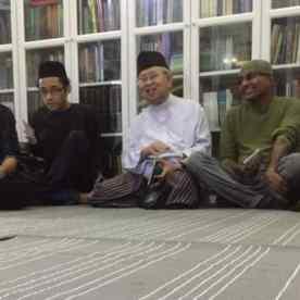 Suasana malam tahlil ketiga. Tengku Razaleigh Hamzah (tiga dari kanan), Naib Presiden MUAFAKAT, Tuan Yasin Baboo (dua dari kanan) dan Setiausaha Agung MUAFAKAT, Tuan Mahmud Hishamuddin (dua dari kiri). (Gambar ihsan Tuan Abu Mohamad)