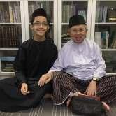 Gambar kenangan saya bersama Tengku Razaleigh selepas selesainya majlis tahlil pada malam ketiga. (Gambar ihsan Tuan Wan Jailani)