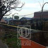 Deretan kedai kerepek dan pasu di Pekan Ayer Hitam terbakar sekitar pukul 7.30 pagi tadi