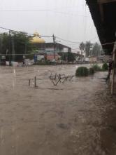 SEBAHAGIAN kawasan di Kampung Melayu Ampang berlaku banjir kilat berikutan hujan lebat sejak pukul 4.30 petang tadi di sekitar Lembah Klang. - Gambar ihsan Utusan Online