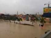 SEBAHAGIAN kawasan projek Razak City ditenggelami air dari Sungai Kerayong berikutan hujan lebat yang melanda di sekitar Lembah Klang, petang tadi. - Gambar ihsan Utusan Online
