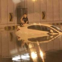 SEORANG lelaki terpaksa duduk diatas keretanya berikutan kawasan terowong dari Jalan Tun Razak menghala ke Jalan Kia Peng dinaiki air akibat hujan lebat yang berlaku di sekitar Lembah Klang, petang tadi. - Gambar ihsan Utusan Online