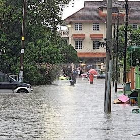 BEBERAPA kawasan di sekitar Kampung Datuk Keramat dan Jelatek yang ditenggelami banjir kilat ekoran hujan lebat sejak pukul 4 petang tadi. (Gambar ihsan Utusan Malaysia)