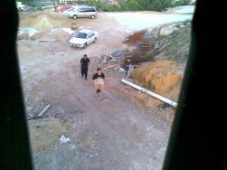 Seorang pegawai polis mengiringi bahan letupan bedil yang dibawa ke atas Bukit Pak Apil.