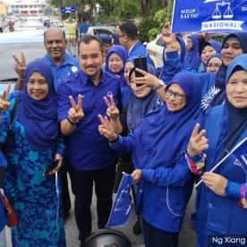 Penyokong Barisan Nasional bergambar bersama Ketua Pemuda UMNO, Dr. Asyraf Wajdi Dusuki di Tanjung Piai hari ini - Gambar ihsan Malaysiakini