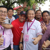 Penyokong Pakatan Harapan bergambar bersama Hj. Karmaine Sardini di Tanjung Piai hari ini - Gambar ihsan Malaysiakini