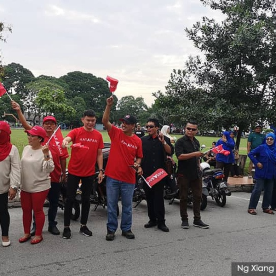 Penyokong Pakatan Harapan dan Barisan Nasional memberi sokongan kepada parti masing-masing secara aman dan damai - Gambar ihsan Malaysiakini